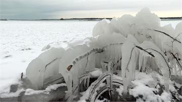 大雪襲捲美國各州 車輛打滑意外翻倒路邊