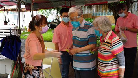 深情!高雄老夫妻結婚49年 穿情侶裝「牽手」打疫苗羨煞醫護