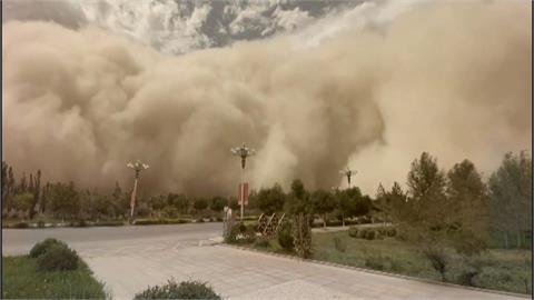 沙塵暴如海嘯席捲而來 甘肅彷彿末日電影場景