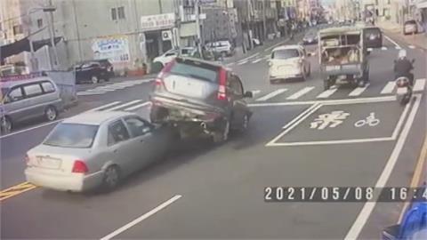 小客車突右轉閘道 騎士被撞後打滑撞護欄不治