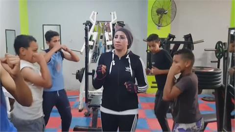 雙拳打破性別刻板印象 埃及拳擊女教練授課