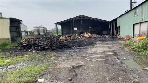 屏東萬丹豆皮工廠大火夜襲!消防栓太遠...緊急抽取蝦池、灌溉地下水應急