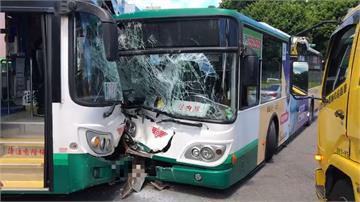 砰!同公司公車松機前對撞 車頭全毀嚴重變形