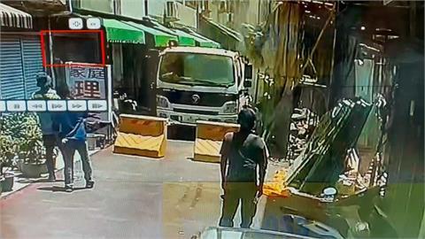 高雄舊今日戲院三度倒塌 石塊壓毀1電動代步車