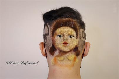 《魷魚遊戲》太夯!彰化剪髮師神乎其技 顧客頭上雕出「超逼真殺人娃娃」