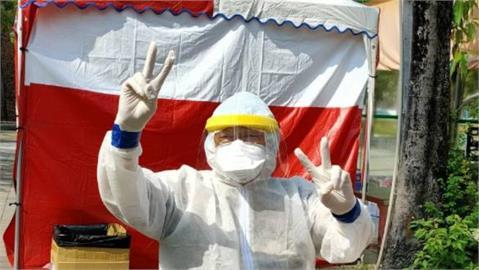 78歲老醫生熱血衝前線 「比診間安全」不畏疫情:我有打疫苗!