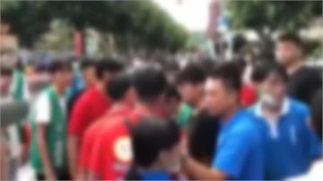 補習班搶學生爆衝突 校門口上演大亂鬥