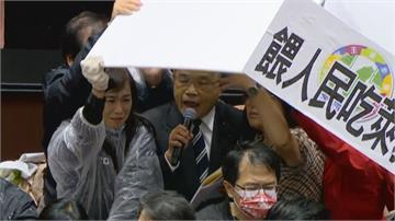 快新聞/國民黨向蘇貞昌潑豬內臟 鄭天財與陳柏惟側摔又揮拳 議事廳遍見藍綠全武行