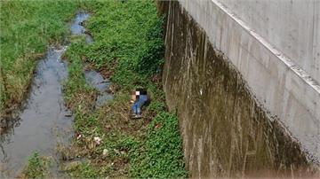 女講手機忘了坐在護欄 轉身跌落大水溝