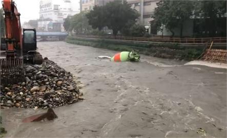 快新聞/桃園新街溪水暴漲! 水泥車、怪手遭沖入溪水「短短幾秒鐘慘滅頂」