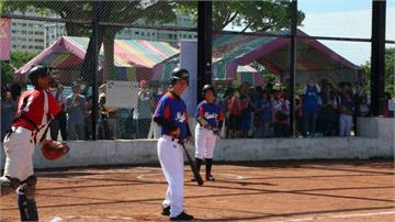 賴清德回台南打棒球 戴起頭盔竟神似洪榮宏