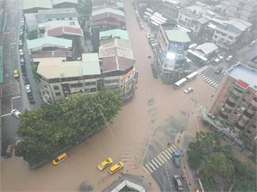 快新聞/午後暴雨! 北市信義區時雨量破84.5毫米 松仁路變成小河