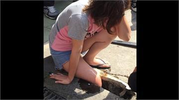 女子颱風天外出購物 右腳踩空卡水溝孔
