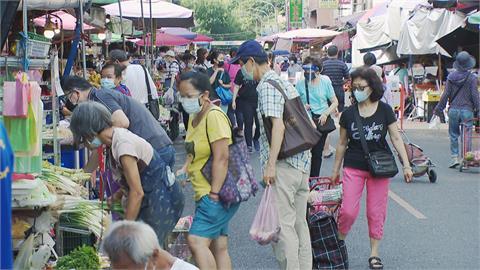 「放牛吃草」式分流嚴管? 濱江市場人流多到像跨年 員警8點才到場管控