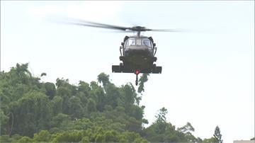 陸軍今年唯一操演!阿帕契編隊飛行、神龍跳傘