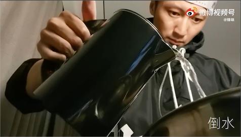 謝霆鋒飯店隔離秀廚藝!自擀麵皮烤「披薩」 粉絲瘋喊:好想吃