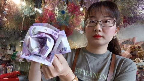 乾旱康乃馨減產3成 業者用鈔票做成花束