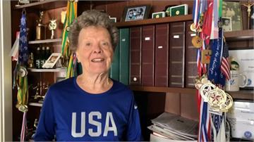 84歲阿嬤熱愛田徑、撐竿跳 創26世界紀錄獲750獎牌