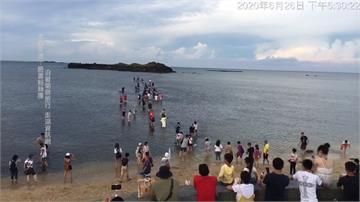 連假出遊爆亂象!遊客冒險闖摩西分海 網批「出事自己負責」