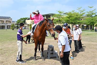 溫馨! 岡山榮家辦母親節活動 長輩樂騎4匹總價破千萬駿馬