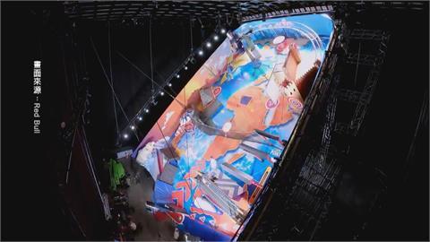 跑酷高手秀特技 大玩20公尺「人體彈珠檯」!