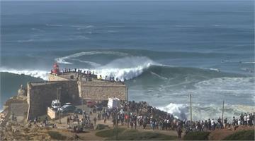 挑戰數層樓大浪 衝浪高手搏「海中巨獸」