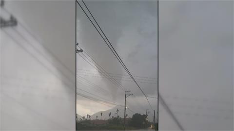 「好大的龍捲風」 屏東颳強風掀翻屋頂