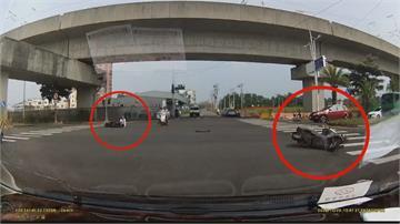 砰! 休旅車搶快高速闖紅燈 2騎士剛起步就被撞倒