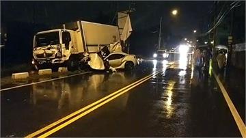 疑天雨路滑 轎車失控撞貨車釀2死