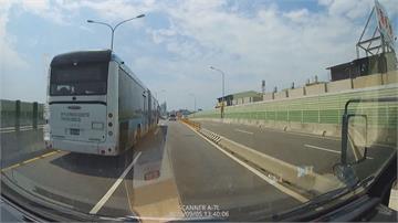 是要嚇死誰!換車道沒打方向燈 駕駛控遭雙節公車「二度逼車」