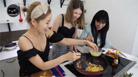外國辣妹下廚鳳梨炒飯羞問好吃嗎?台灣主廚「一句話」認證