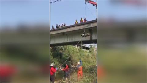 車禍意外抓到竊盜犯載贓物騎車自撞墜溪床 賊星該敗!