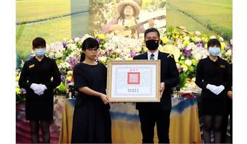 快新聞/文化部長代表頒贈總統褒揚令 感念嚴詠能為台灣埋下民謠音樂種子