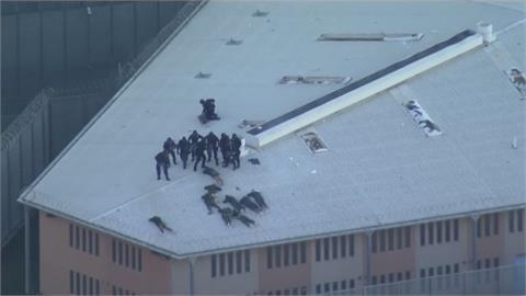 囂張! 澳洲監獄暴動 囚犯縱火還爬上屋頂慶祝
