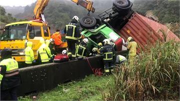 天雨事故多?貨櫃車自撞側翻 駕駛受困  險墜山谷...曳引車撞電桿再衝破護欄