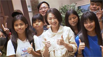 蘭嶼學生參訪民視攝影棚 侯怡君親當嚮導 學生讚本人「好美」