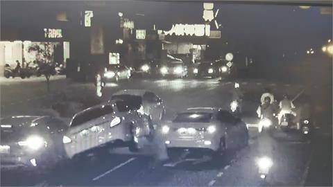 轎車拒檢衝撞警 車爆胎1男1女棄車逃