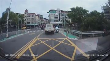就為搶快!10歲童暴衝橫闖馬路  機車剎不住攔腰撞當場摔飛