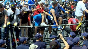 藍營支持者立院外抗議 「杏仁哥」率眾衝撞警方