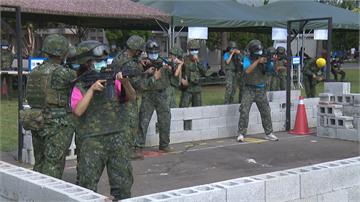 快新聞/特戰體驗營 學員配真槍空彈上場