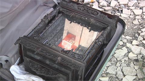 神秘行李箱躺路邊1個月... 里長勇敢開箱驚見「神主牌」