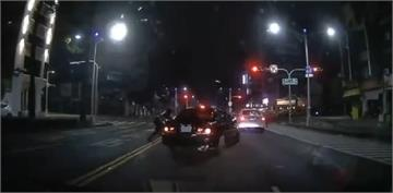 快新聞/無照少年開車載女友夜遊高雄 拒檢撞警連闖6紅燈遭轟12槍