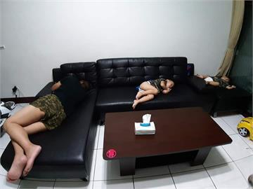 被老婆趕出房「2兒同進退睡沙發」 網友笑虧:齊力斷妻!