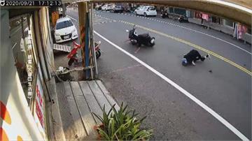 搶快?75歲老翁騎車經過閃燈路口 慘遭橫向機車撞上 老翁顱內出血