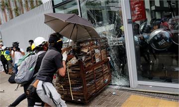 反送中/香港七一遊行爆衝突!示威者衝撞立法會玻璃門 警方已上膛