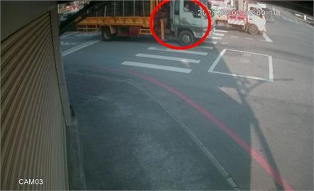 快新聞/李義祥「滿載輪胎」到工地畫面曝光 副駕駛座疑還有人