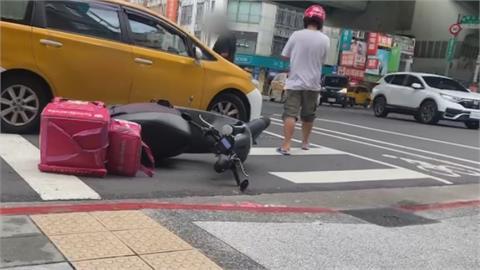 險擦撞!計程車司機大暴走  飆罵外送員還推倒機車