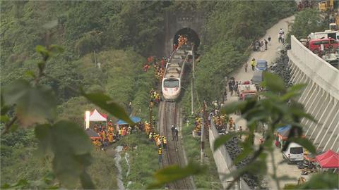 太魯閣號第3節車廂拖吊傳有遺體壓在第6節車廂下