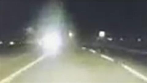 恐怖 ! 車飆高速還逆向 險害人撞車