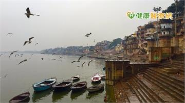 印度恆河漂浮近百具浮屍 疫情持續惡化鄰國憂心